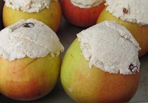 Заполняем начинкой запеченые яблоки в мультиварке