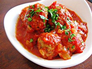 Подаем фрикадельки из индейки с томатном соусе с гарниром