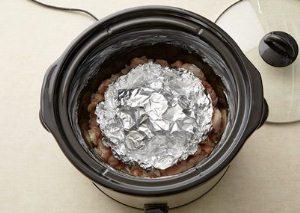 Накрываем грибы куском пищевой фольги