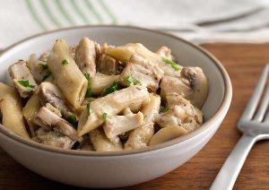 Перемешиваем макароны с курицей и грибами и добавляем тертый сыр