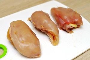 Сворачиваем куриные филе в рулетики