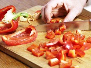 Нарезаем крупно сладкий болгарский перец