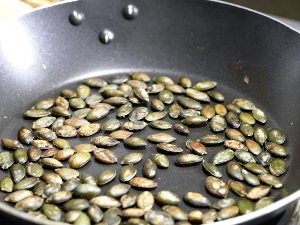 Обжариваем тыквенные семечки на сухой сковороде