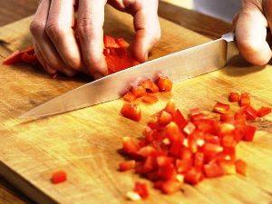 Нарезаем мелко половинку сладкого перца