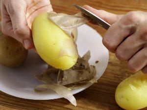 Очищаем картошку от кожуры