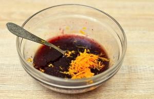 Смешиваем клюквенный морс, мед и цедру одного апельсина