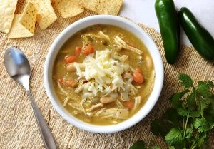 Разливаем суп в тарелки и добавляем тертый сыр