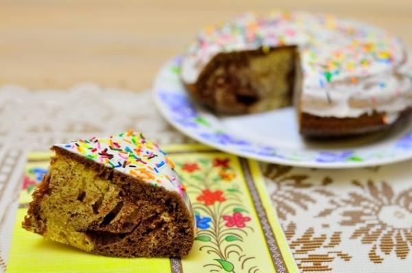 Нарезаем и подаем мраморный кекс