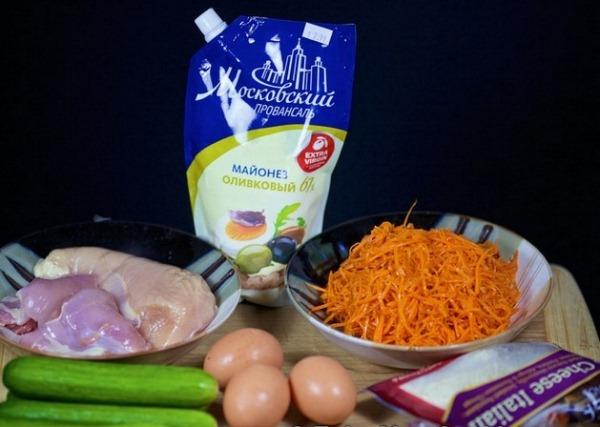 Подготавливаем ингредиенты для салата с корейской морковью и курицей