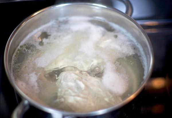 Отвариваем куриное филе в подсоленной воде
