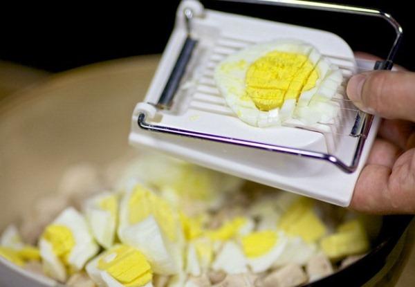 Нарезаем мелко яйца