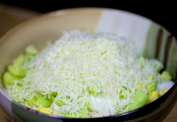Добавляем сыр в салат с корейской морковью и курицей