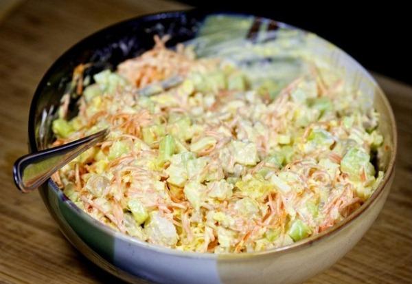 Старательно перемешиваем салат с корейской морковью и курицей