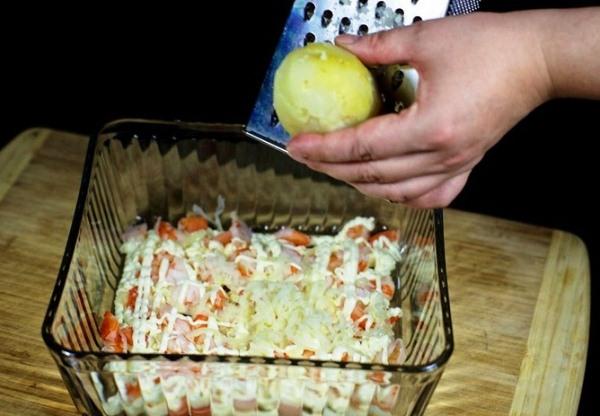 Натираем картошку на терке