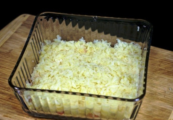Выкладываем слой картошки