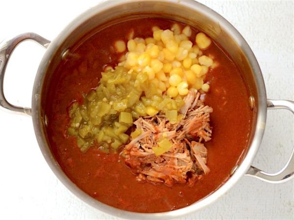 Добавляем в суп огурцы, кукурузу и мясо