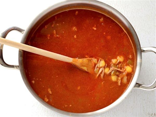 Добавляем бульон и варим суп с кукурузой 10 минут