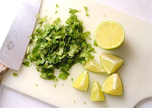 Нарезаем зелень и лимон