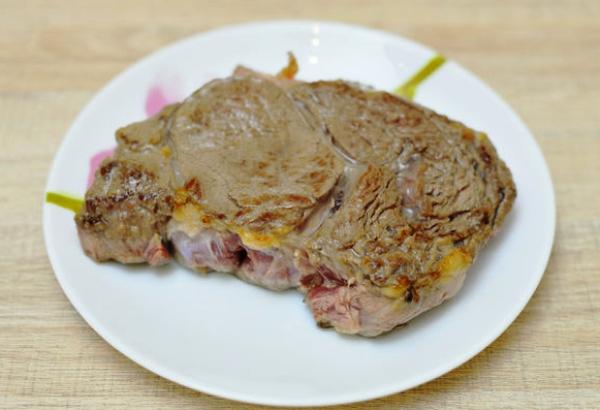 Снимаем мясо со сковороды