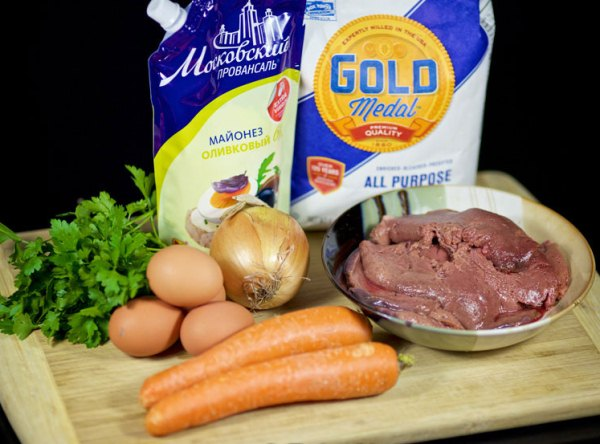 Подготавливаем продукты = моем и нарезаем печень, чистим овощи и варим яйца