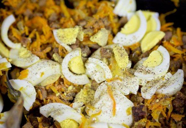 Добавляем в салат соль и перец