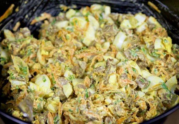 Перемешиваем салат с говяжьей печенью и подаем на стол