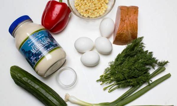 Подготавливаем все ингредиенты для салата с копченой колбасой
