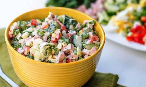 Добавляем в салат соль и майонез