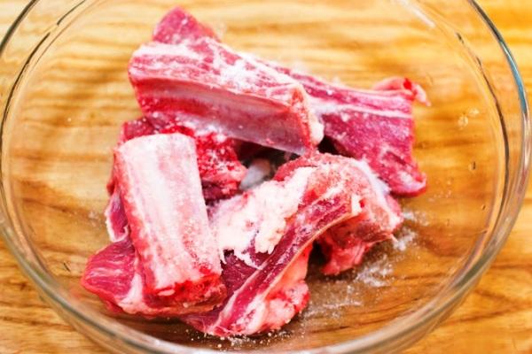 Разрезаем мясо на отдельные ребра