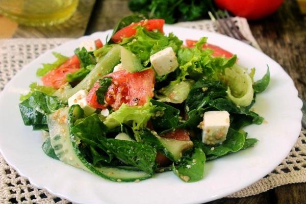 Салат с курицей и сыром фета
