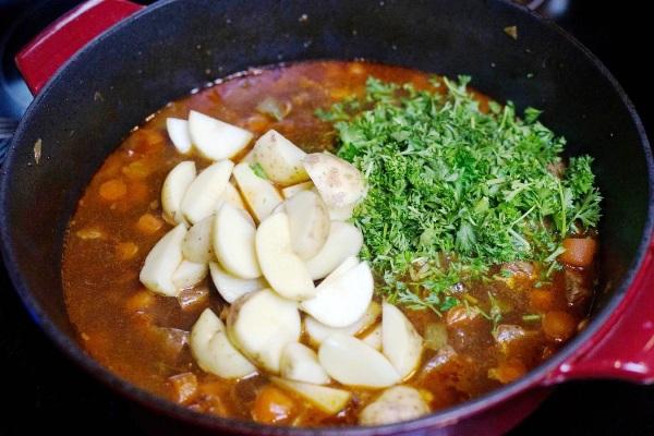 Добавляем в шурпу картошку и зелень