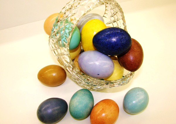 Корзинка цветных крашенок для праздника Пасхи