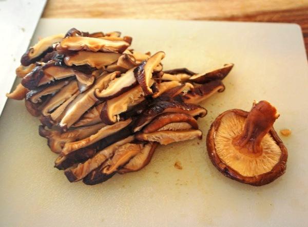 Нарезаем замоченные грибы соломкой