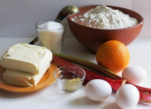Готовим ингредиенты для пирога с ревенем