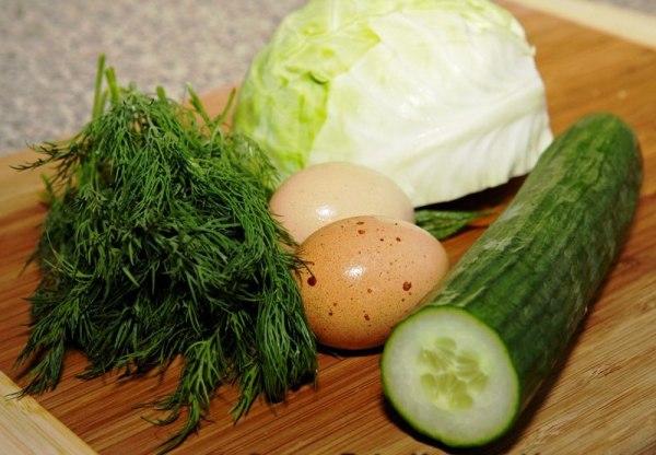 Сварите яйца, вымойте овощи