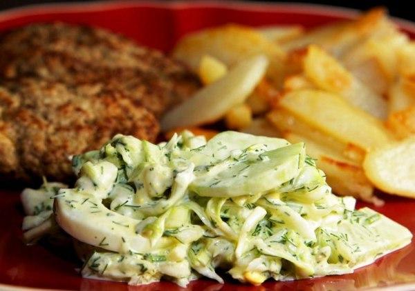 Подаем салат из молодой капусты с огурцом с мясными блюдами