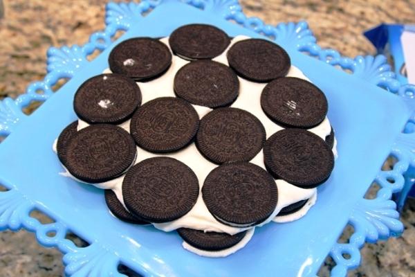 Укладываем следующий слой печенья