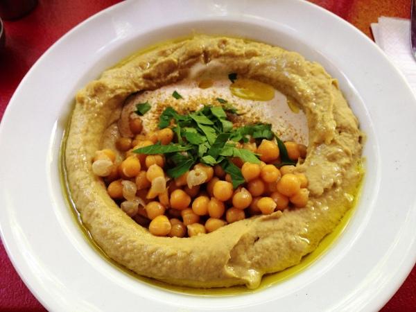 Подаем хумус с оливковым маслом и овощами