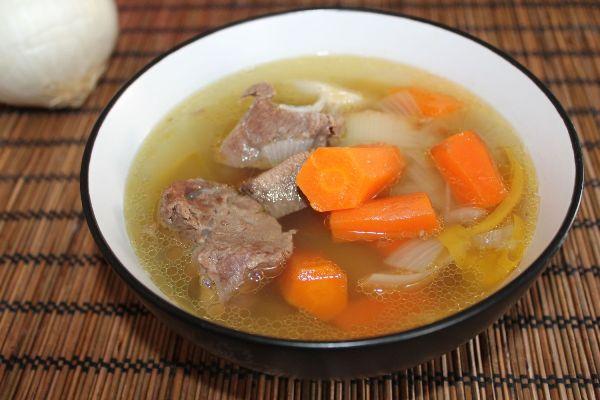 Подаем суп на говяжьем бульоне  в глубоких тарелках