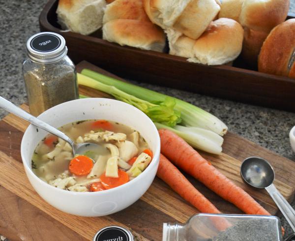 Подаем куриный суп с домашней лапшой на стол