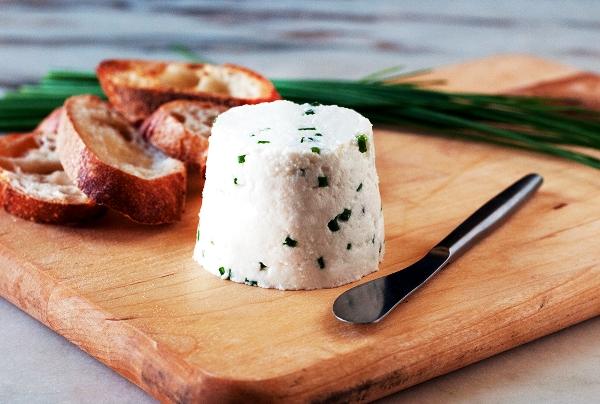Подаем козий сыр с медом