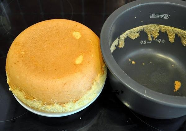 Вынимаем творожный кекс из мультиварки
