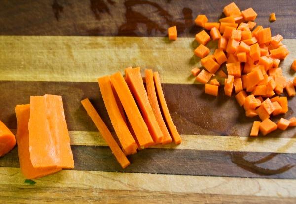 Нарезаем морковь и добавляем в сковородку