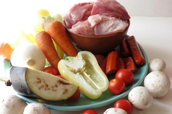 Добавляем в сковороду нарезанные овощи