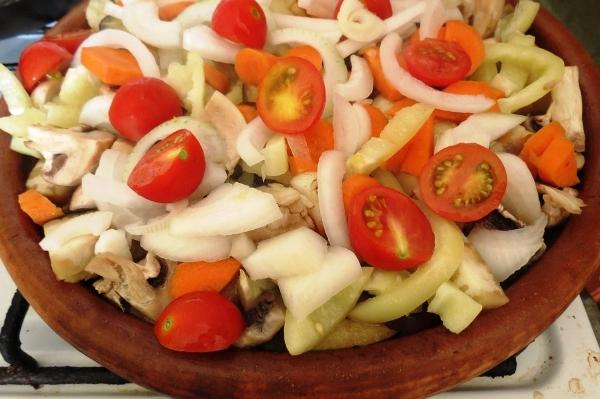 Обжариваем овощи на сковородке сач