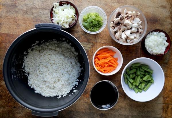 Промываем рис и помещаем его в кастрюлю