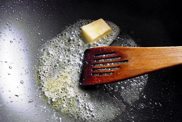 Вынимаем из кастрюли мясо и добавляем немного сливочного масла