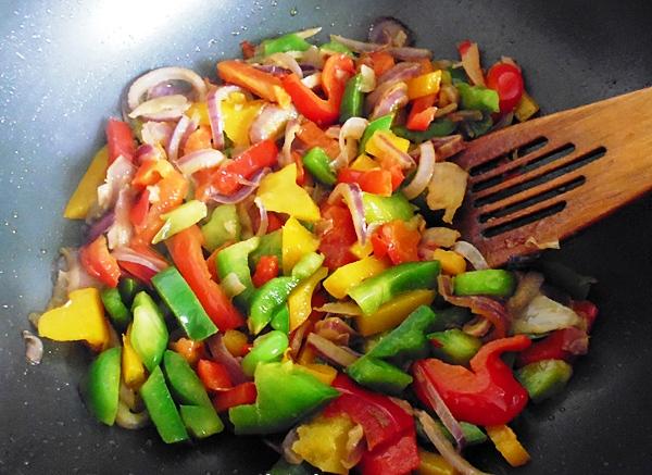 Добавляем перец в овощное рагу