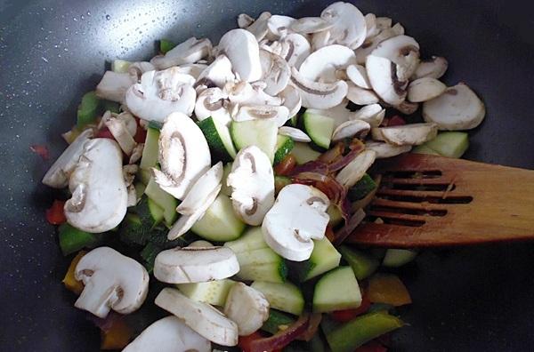 Добавляем в кастрюлю кабачки и грибы