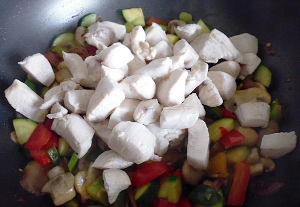 Теперь готовим овощи с курицей